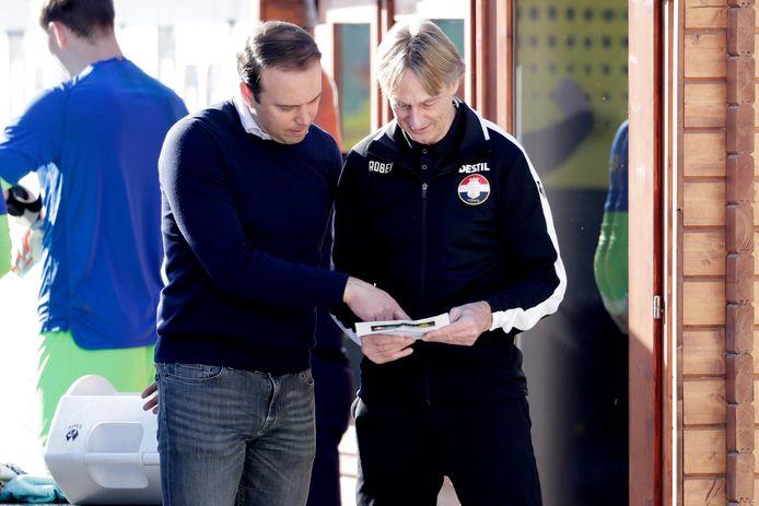 Technisch directeur Joris Mathijssen en trainer Adrie Koster tijdens de voorbereiding op het seizoen.