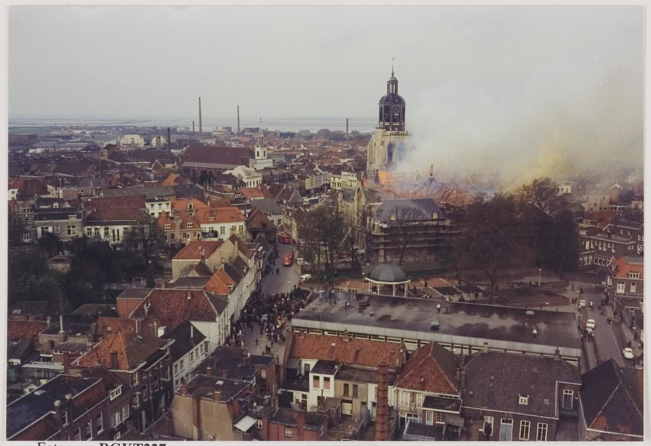 De enorme brand die de Gertrudiskerk in Bergen op Zoom verwoestte op 10 april 1972.