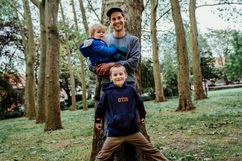 Felix De Clerck met zijn zoontjes Otis en Marcus, die op amper acht maanden de ziekte van Kawasaki heeft gehad. 'Het was voor ons een immense rollercoaster van emoties.' Beeld © Stefaan Temmerman