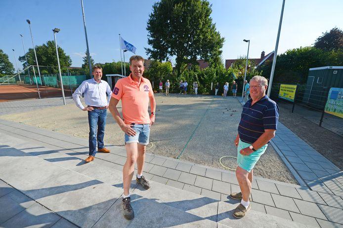 In 2019 realiseerde de tennisvereniging Deurningen zes nieuwe jeu-de-boulesbanen waarvan druk gebruikt wordt gemaakt. En het afgelopen jaar volgde de renovatie van het clubhuis. Harold Oude Smeijers (links), Jeroen Oude Smeijers en Harry Slaghekke (rechts) zijn er blij mee.