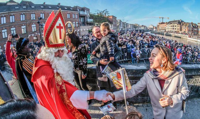 Anouk Sabbe, echtgenote van burgemeester Vincent Van Quickenborne, schudt de hand van de Sint.