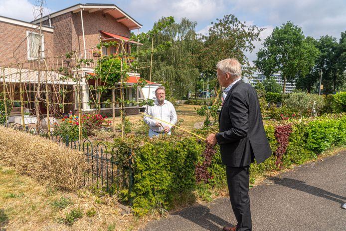 Rechter Erik Koster monstert het groen van het echtpaar Lukkien in Zwolle. Advocaat Jacques Hovius kijkt vanuit de tuin mee.