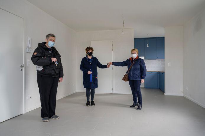De eerste huurder van woonproject Pennekes kregen vrijdag de sleutels van hun flat overhandigd door directeur van Volkswelzijn Carine Verhelst (rechts).