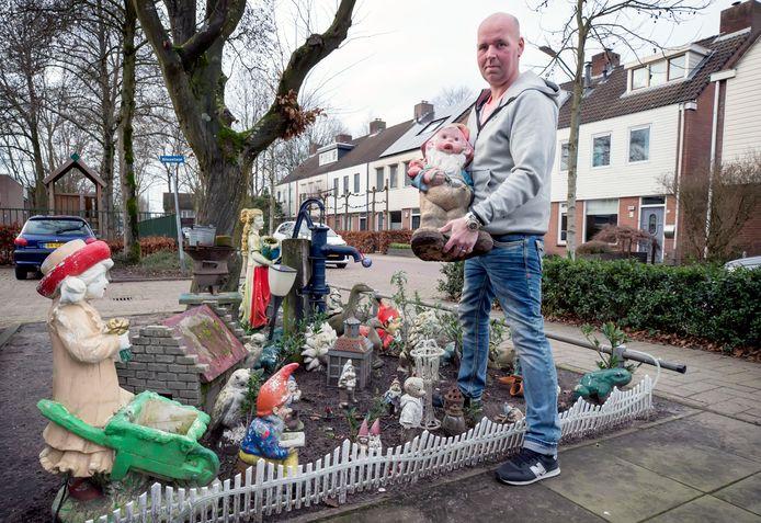 Bob Beunk is begonnen met het ontruimen van zijn kaboutertuin op gemeentegrond.