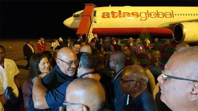 Bouterse wordt warm onthaald op de Surinaamse luchthaven.