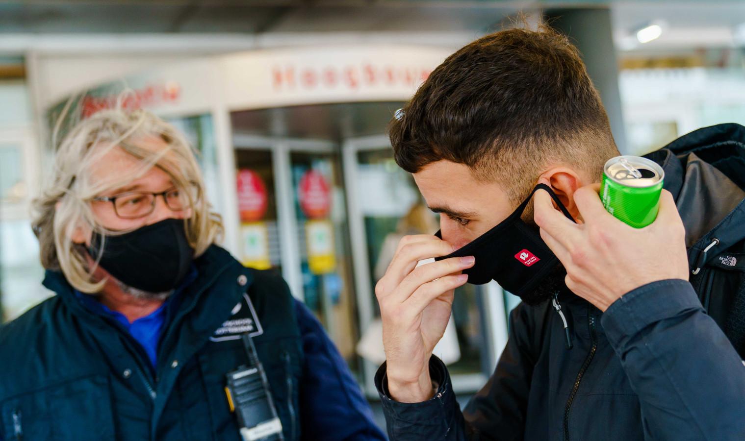Studenten van de Hogeschool Rotterdam dragen een mondkapje.