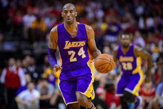 Kobe Bryant in 2016 in een van de laatste wedstrijden uit zijn profloopbaan in actie voor de Los Angeles Lakers.