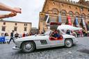 Een Mercedes-Benz 300 SL, de beroemde klassieker met vleugeldeuren,  passeert Orvieto