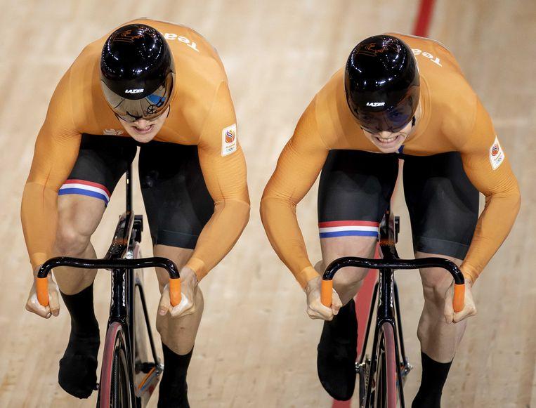 Harrie Lavreysen (r) en Jeffrey Hoogland (l) tijdens de finale sprint in het Izu Velodrome op de Olympische Spelen in Tokio. Beeld ANP
