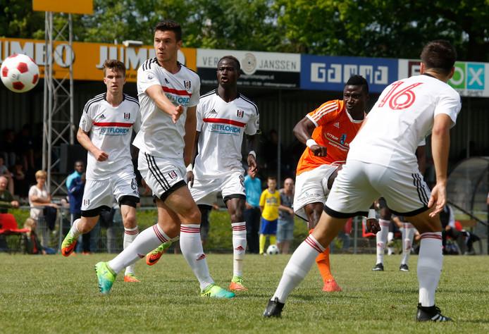 Een aanvaller van de Attram De Visser Soccer Academy (oranje shirt) haalt uit in de finale tegen het Engelse Fulham.
