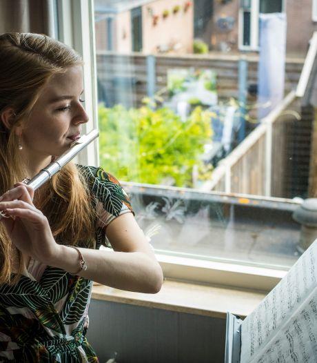 Dwarsfluitiste Erica studeert door coronacrisis noodgedwongen af met livestream-eindexamenconcert vanuit lege Zwolse kerk