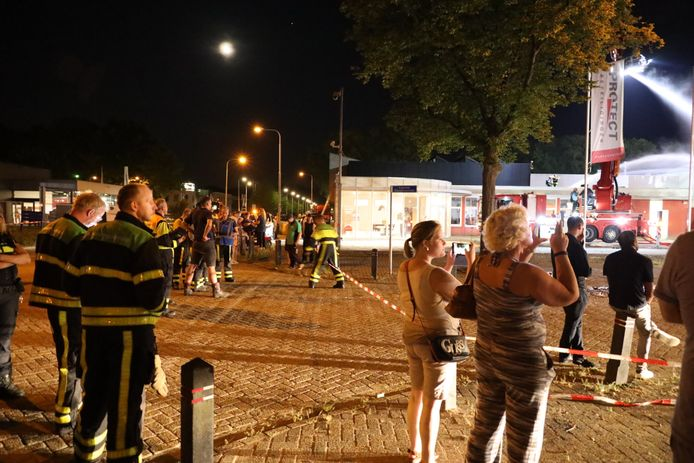 Kijken bij grote brand bij Tilburgs bedrijfsverzamelgebouw.