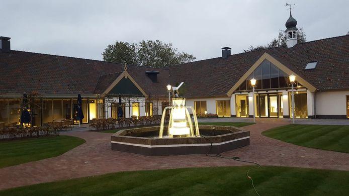 De gerenoveerde binnentuin van De Voorste Venne, mét verlichte fontein