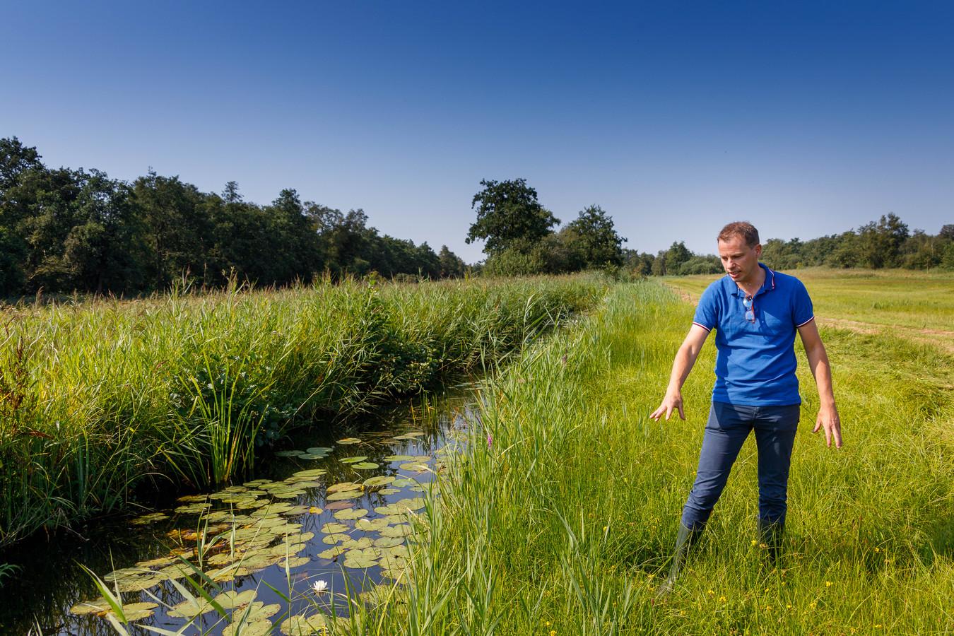 Projectleider Bauke Zijlstra van de provincie Overijssel legt uit hoe een afgraving van de oeverstroken gaat zorgen voor een nieuw leefgebied voor de Grote vuurvlinder in natuurgebied De Wieden in de Kop van Overijssel.
