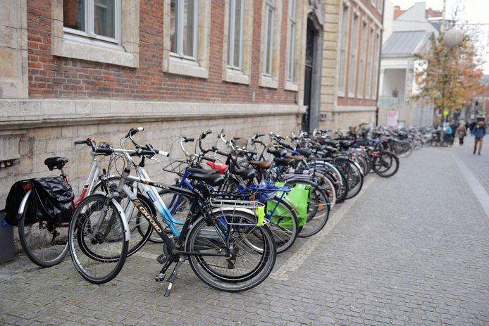 Aan museum M bewijzen de fietsers dat het ook kan om je fiets te parkeren op een geordende manier.