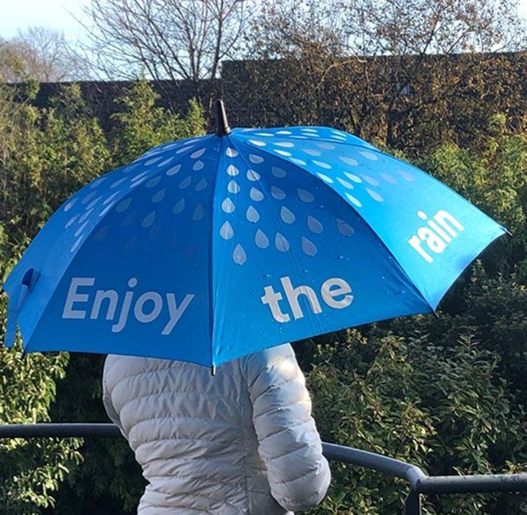 De paraplu's van de NMBS zijn vervaardigd uit gerecycleerd plastic. Beeld NMBS