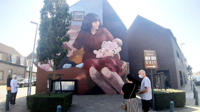 Her serene gezinstafereel, op een gevel in Moorsele, op de hoek van de Wittemolen- en Vrijstraat.