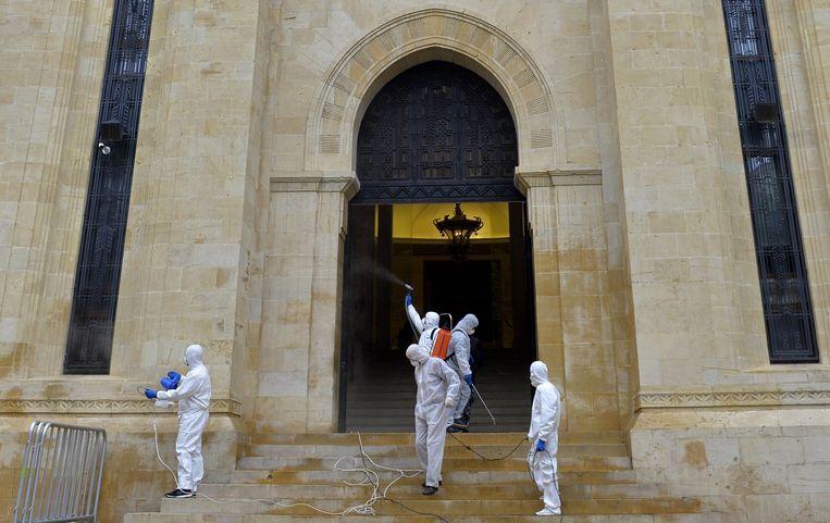 Het parlementsgebouw van Beiroet wordt grondig ontsmet.   Beeld Getty Images