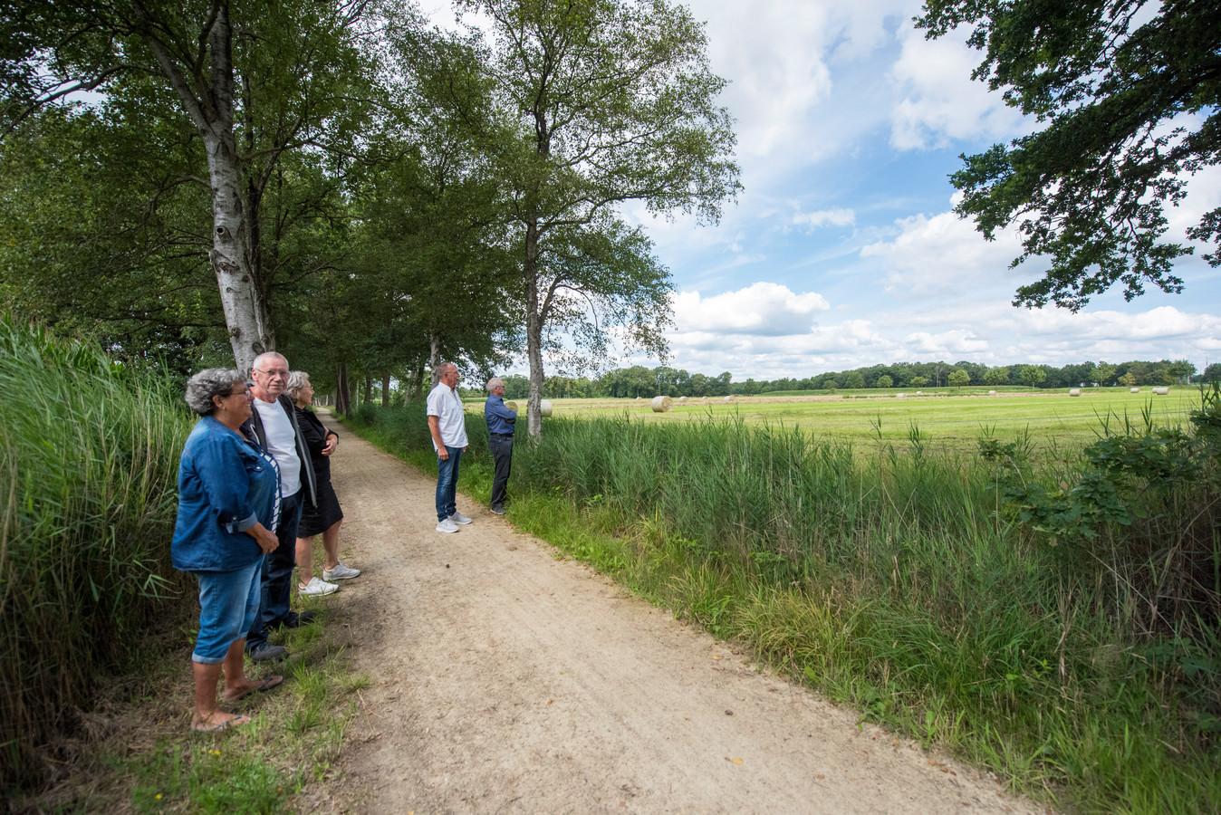 De buurt en leden van erfgoedclub SBEO bij de plek ten zuiden van de A58 waar in eerste instantie een hoogspanningstation was gepland.
