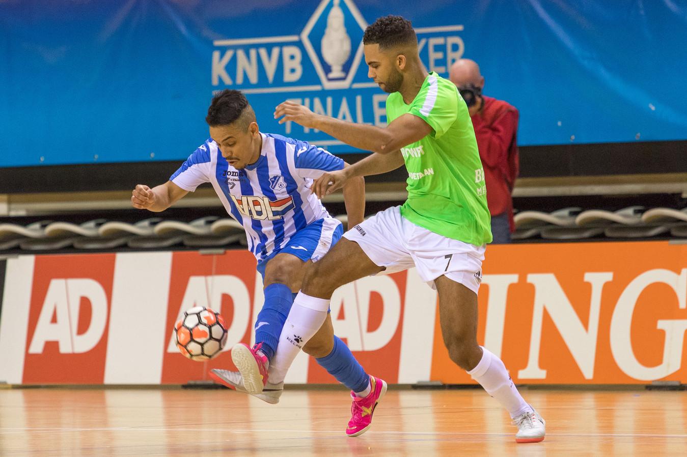 De Braziliaan Raphinha (FC Eindhoven, links) in duel met oud-FCE'er Yoshua St. Juste van bekerwinnaar Hovocubo.