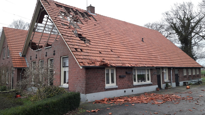 Zware schade aan een boerderij aan de Pastoor Ossestraat, net buiten Almelo.