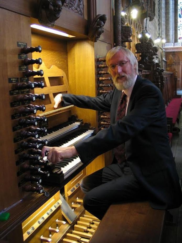 Cantor-organist De Jong laat in Vollenhove klassieke werken horen.