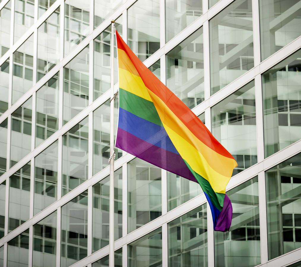 Een grote regenboogvlag bij het stadhuis van Den Haag, archieffoto.