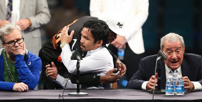 Bob Arum (rechts) tijdens de persconferentie, nadat Floyd Mayweather Manny Pacquiao heeft verslagen.