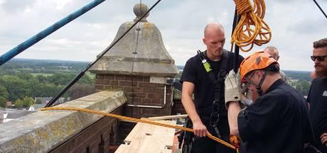 Pastoor is na abseilen van kerktoren toe aan een borrel