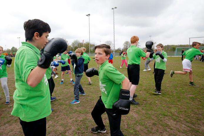 Koningsspelen op sportvelden van FC de Bilt. Schoolkinderen krijgen les in diverse sporten   Foto : Ruud Voest