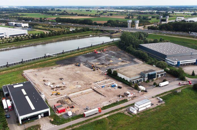 Aan de Panovenweg in Tiel wordt de eerste hand gelegd aan de recyclingsfabriek voor kunstgrasmatten van Re-Match.