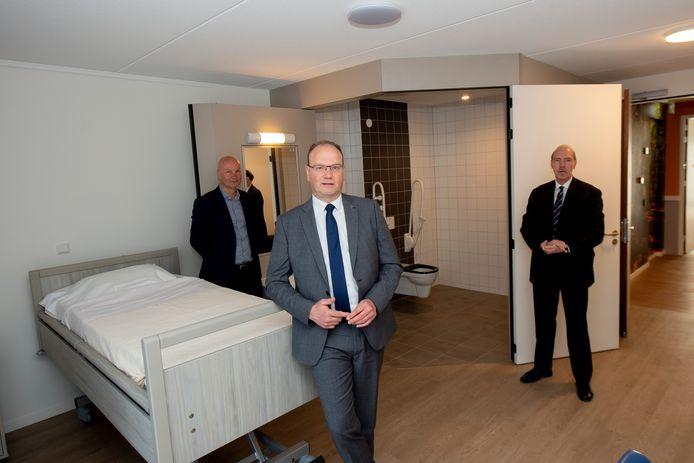 Thijs Houtappels, Ton Heerts en Bert Blaauw in de nieuwbouw van KleinGeluk, Juliana. De kamers zijn bedoeld voor mensen die moeten herstellen van corona.