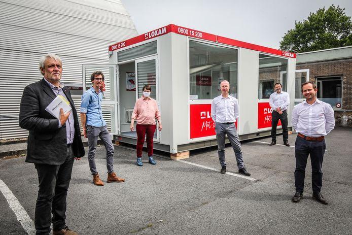 In een container op de parking kunnen de bewoners van Licht en Liefde praten met familie.