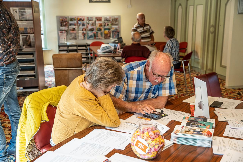 Vrijwilligers van Seniorweb geven in de bibliotheek van Burgum uitleg over QR-codes en nog veel meer digitale onderwerpen.  Beeld Harry Cock