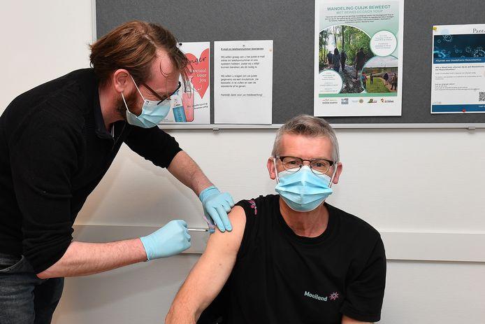 In Cuijk werden  begin maart de eerste 60-plussers al gevaccineerd bij de huisartsenpost Op de Markt. Huisarts Stefan van der Meulen zet hier een prik.
