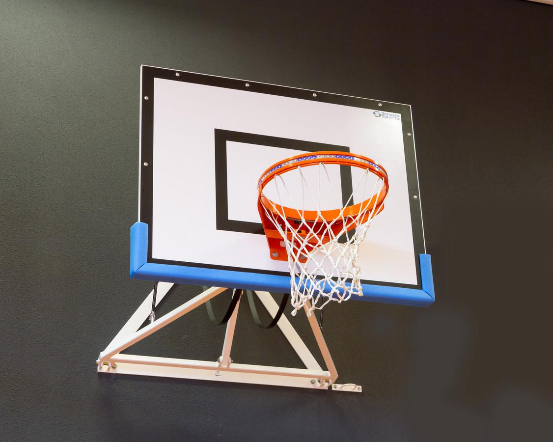 De oplichtende 'bling-bling basketbalring'.