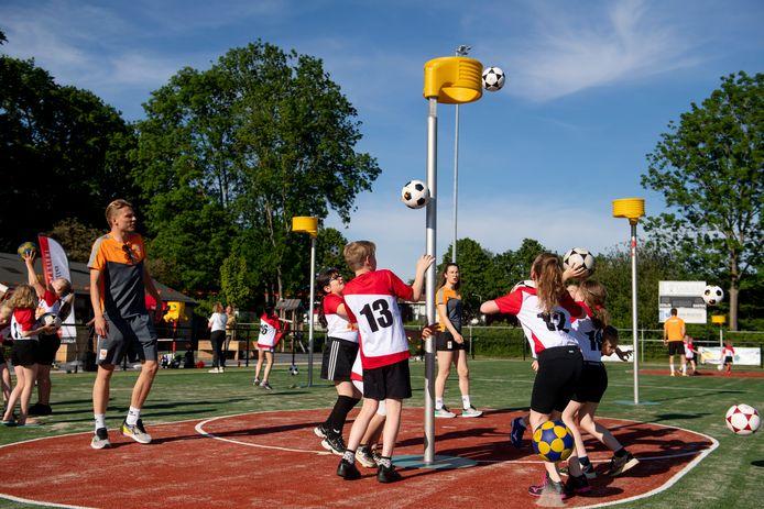Jeugdleden van Achilles mogen aan Team NL laten zien wat ze kunnen. de internationals Jelmer Jonker (l) en Jet Hendriks (midden) observeren.