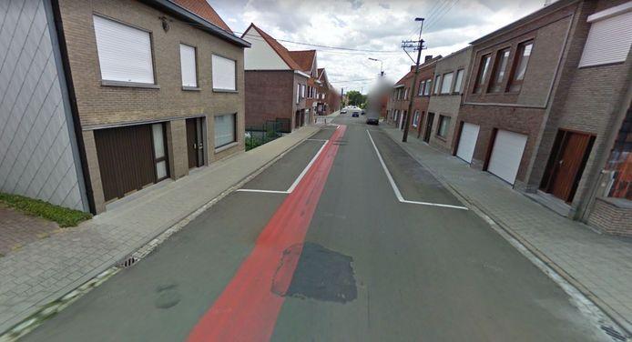 Bij de werken in de Demeesterstraat in Zwevegem is enkel de toplaag vernieuwd, terwijl het oorspronkelijk de bedoeling was om ook de funderingen van de straat mee aan te pakken. Dit is een beeld van voor de werken.