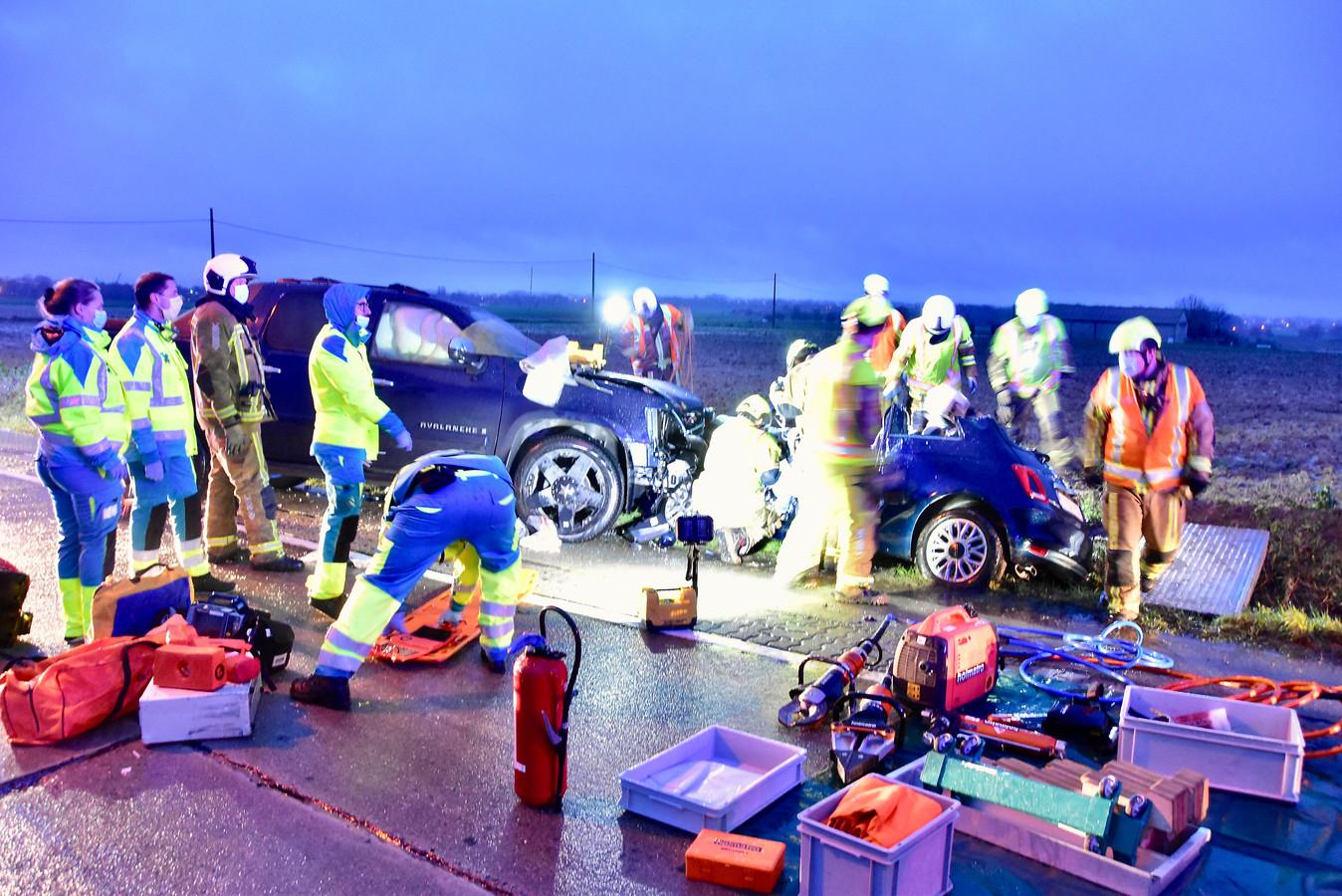 De brandweer had drie kwartier nodig om de bestuurster van de Fiat 500 te bevrijden.