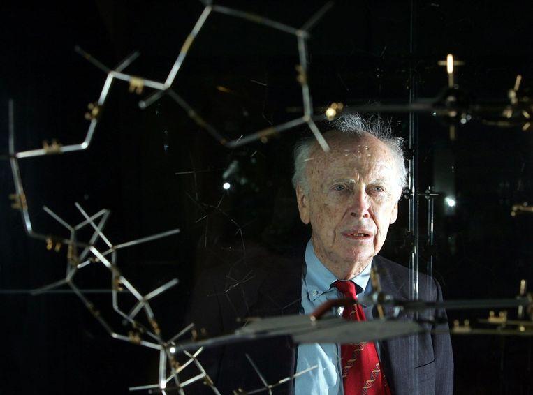 Wetenschapper James Watson met een model van een DNA-structuur Beeld afp
