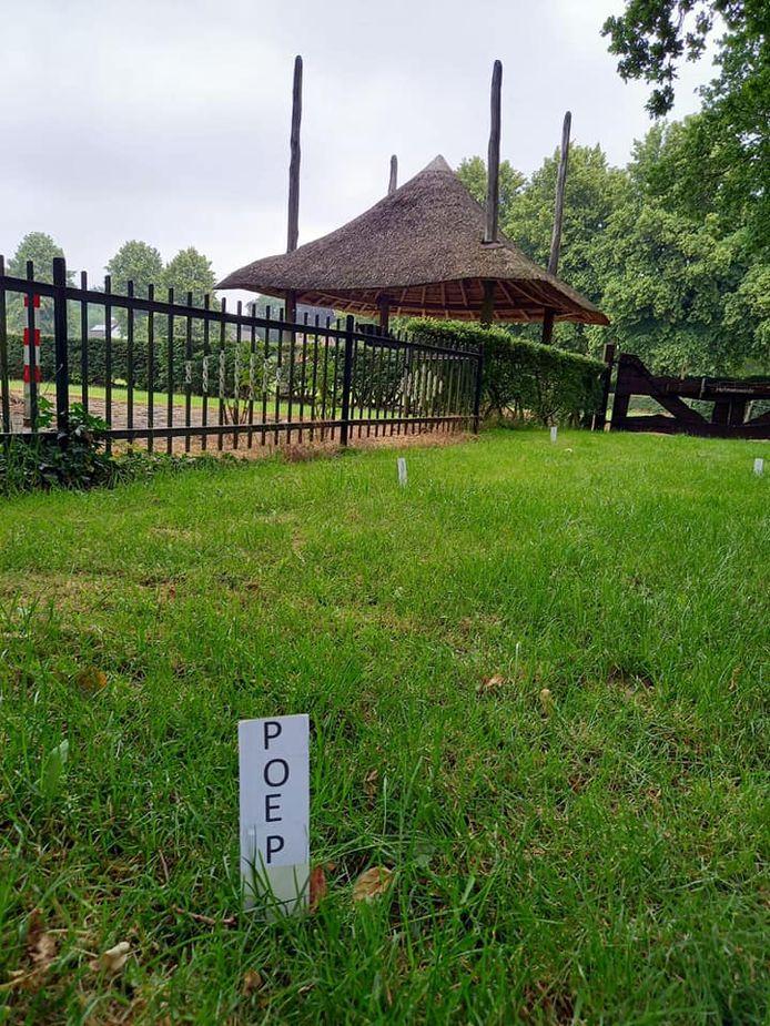 Een bordje bij elke aangetroffen drol op het terrein van Erve Hofman. Er wordt nu zelfs cameratoezicht overwogen.