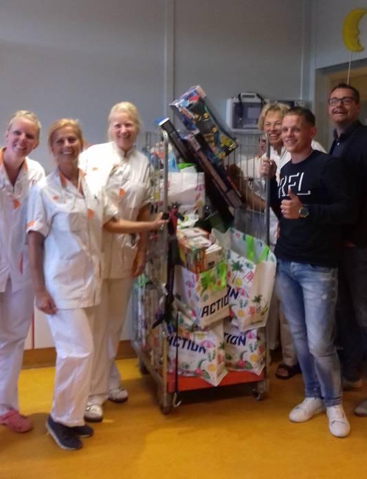 Joris brengt de enorme kar met speelgoed langs in het ziekenhuis