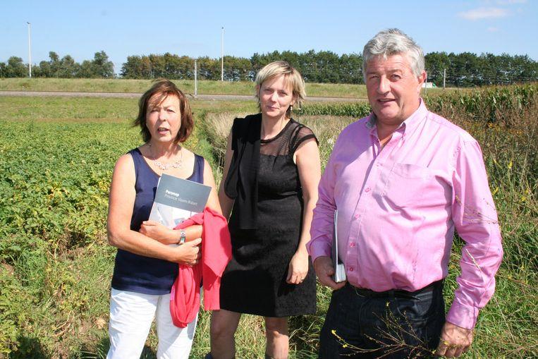 Monique Swinnen, Katrien Partyka en Jean-Pierre Taverniers met op de achtergrond de plaats voor het bufferbekken tegen de TGV-spoorlijn.