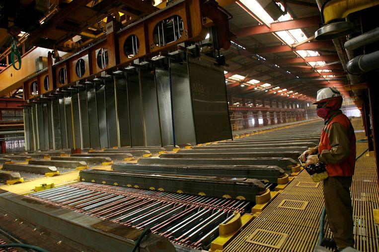 Een werknemer in Escondida (Chili), 's werelds grootste kopermijn, ziet toe op de productie.  Beeld Reuters