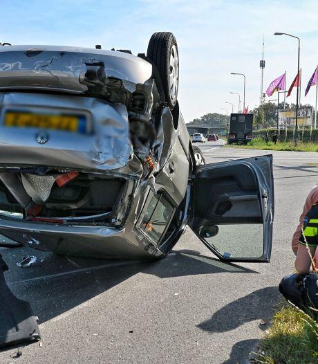 Auto slaat na botsing met vrachtwagen over de kop in Tilburg