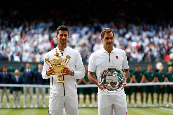 Novak Djokovic en Roger Federer na de Wimbledon-finale van 2019. In 2020 wordt er niet op het heilige gras gespeeld.