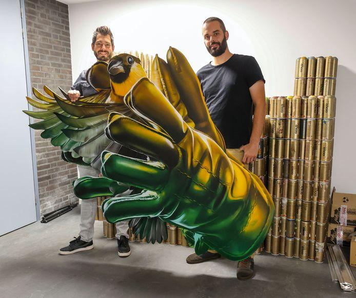 Niels van Swaemen (links) en Kaspar van Leek van Studio Giftig maken een toer door Nederland. Ze laten zich inspireren voor muurkunst door liedjes van een artiest uit die betreffende stad.