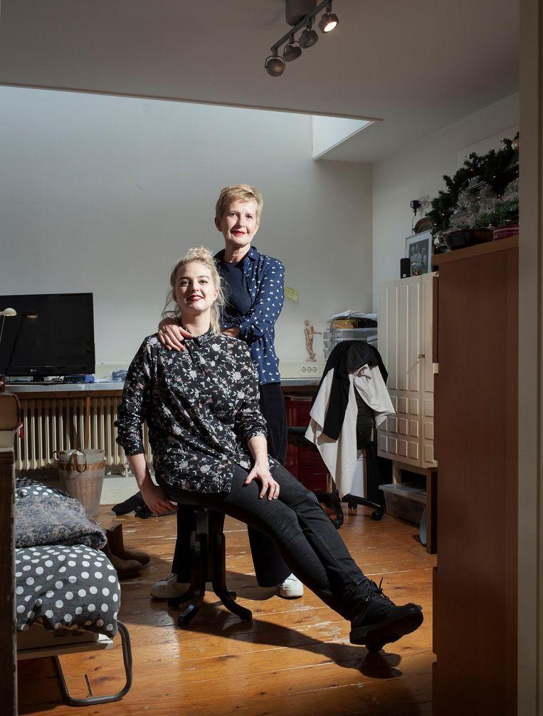 Hester Klop (29), met haar moeder. 'Ik kan het qua ego niet aan om op mijn dertigste nog thuis te wonen' Beeld Friso Keuris