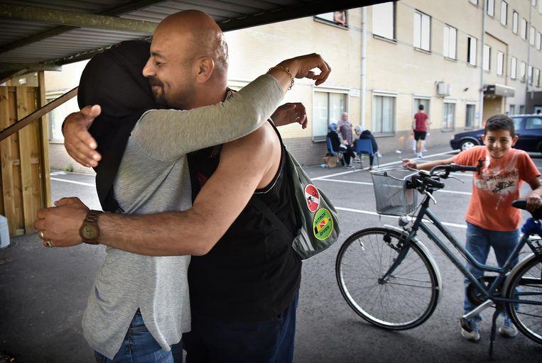 Mohannad en zijn vrouw Layla in 2016, na een verlossend telefoontje van hun advocaat. Het gezin van Palestijnse origine, sinds september 2015 in Nederland, krijgt een verblijfsvergunning. Beeld Marcel van den Bergh