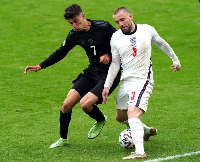 Luke Shaw (rechts) in een duel met Duitser Kai Havertz.